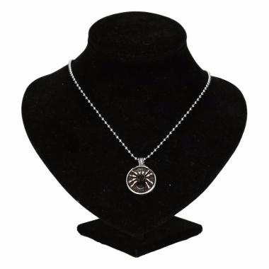 Zilveren metalen ketting met zwarte spin
