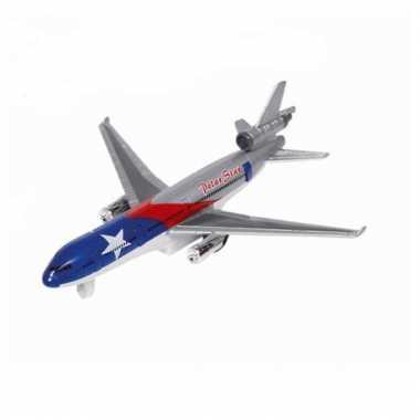 Zilverkleurig model vrachtvliegtuig