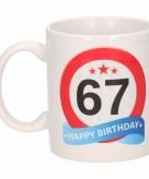 Cadeau 67 jaar mok beker verkeersbord thema