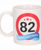 Cadeau 82 jaar mok beker verkeersbord thema