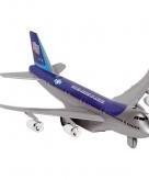 Donkerblauw model vliegtuig