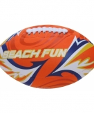 Speelgoed oranje rugbybal voor op het strand