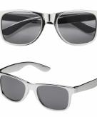 Zilveren bril met donkere glazen